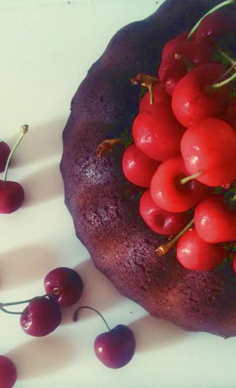 ciambella morbida al cioccolato e ciliegie