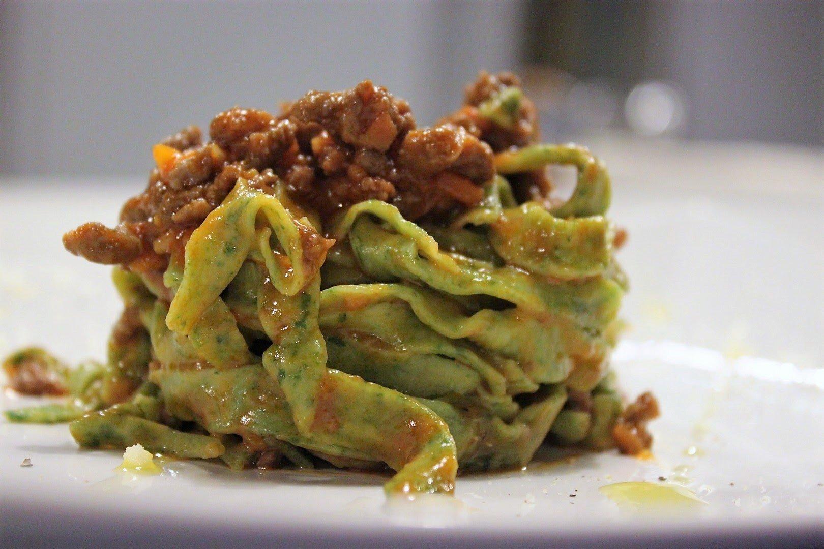 tagliatelle, Tagliatelle agli spinaci con ragù alla bolognese