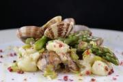 Gnocchi con asparagi, pancetta dolce e vongole