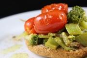 Macco di taccole con broccoli siciliani e pomodorini