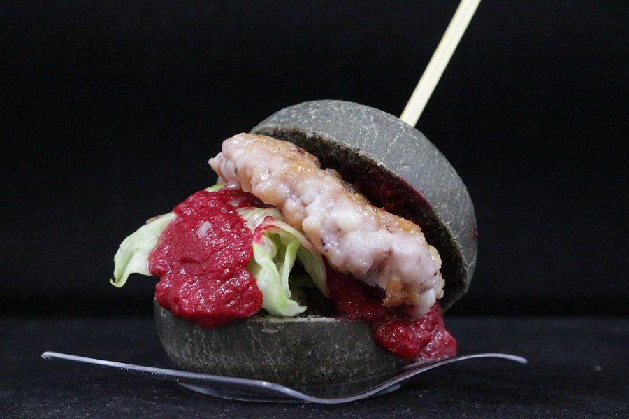 burger di pesce con maionese di barbabietola e pane a l nero di seppia