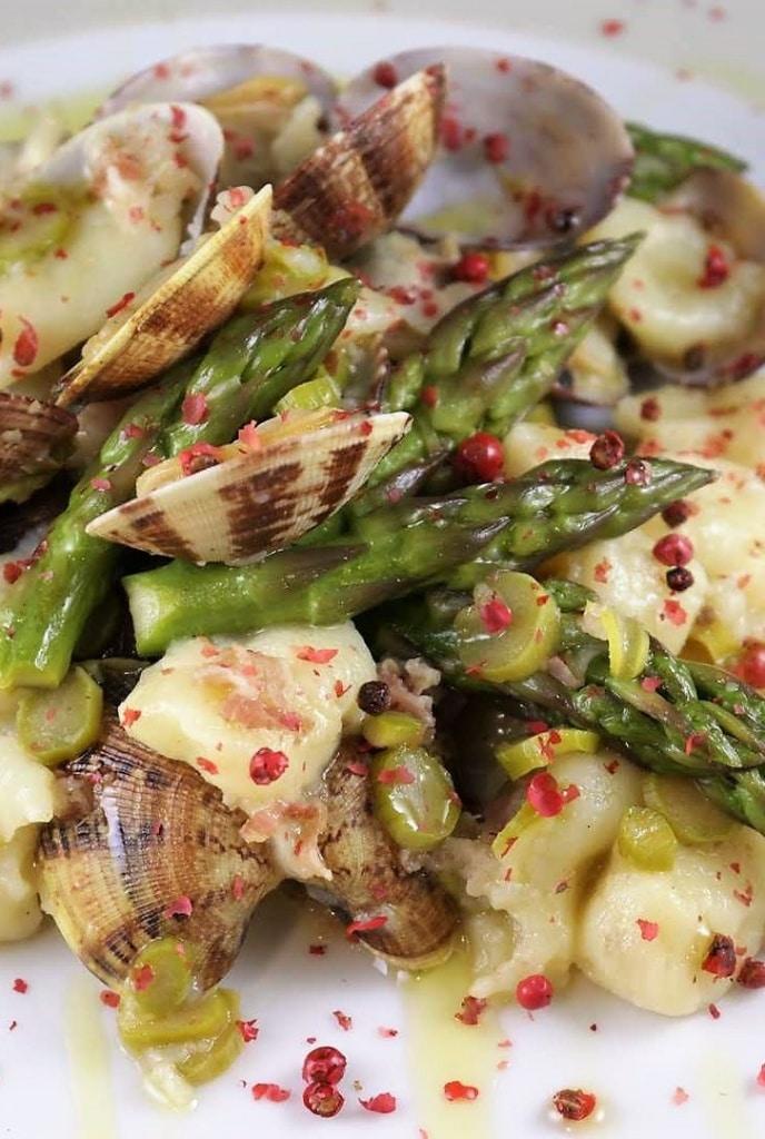 gnocchi con asparagi pancetta e vongole
