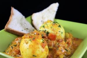 uova al curry su pane tostato
